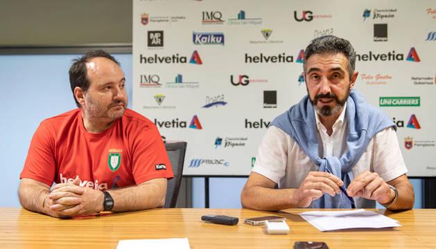 El entrenador del Helvetia, Iñaki Aniz, junto al presidente Miguel Ollakarizketa.