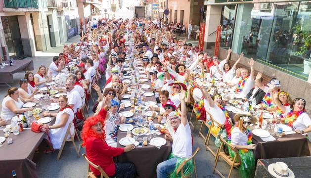 Fotos de la comida popular de los 'baby boomers' en fiestas de Corella, que reunió este jueves a casi 600 personas de entre 35 y 55 años.