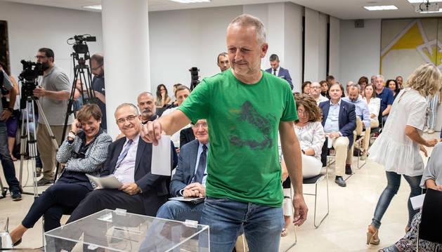 foto de David Campión, nuevo presidente de la Mancomunidad de la Comarca de Pamplona, depositando su voto