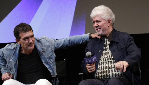 Foto de Antonio Banderas y Pedro Almodóvar, durante una conferencia este jueves en Nueva York.