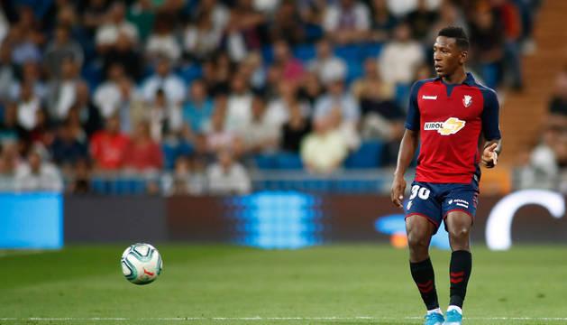 Pervis Estupiñán, en una jugada del miércoles en el Bernabéu, podría debutar con la selección absoluta de su país.