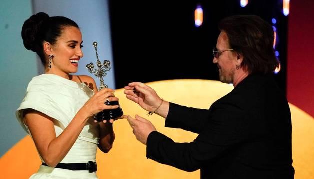 Penélope Cruz recibe el Premio Donostia de manos de Bono, de U2