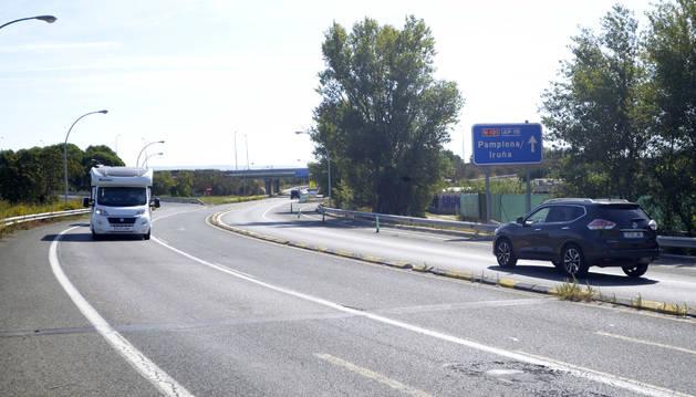 El desvío de incorporación a la autopista dirección Tudela (señalizado con un recuadro rojo).