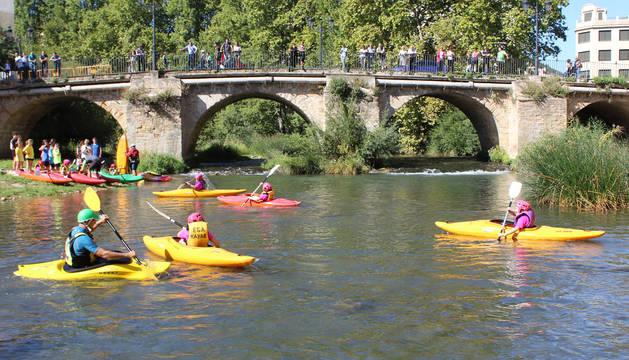 El club Ega Kayak sacó sus embarcaciones al río Ega, bajo el puente del Azucarero y la tirolina del Club Montañero Estella.