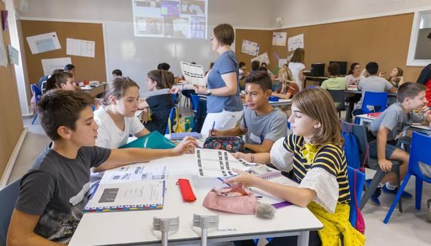 Foto de un grupo de cuatro alumnos trabaja en uno de los proyectos planteados en la nueva metodología Impronta puesta en marcha en las nuevas aulas del colegio San Francisco Javier (Jesuitas) de Tudela.