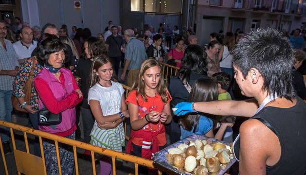Foto del tradicional reparto de patatas que tuvo lugar el viernes en la plaza Espoz y Mina.