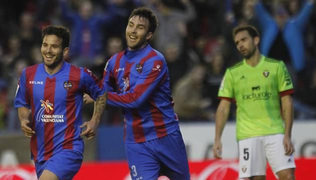 Rubén García celebra en 2014 el gol que marcó a Osasuna, el año del descenso, junto a su compañero Víctor. Detrás, Lolo.