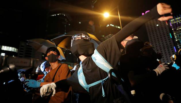 Manifestantes lanzan piedras a la policía durante las protestas en Hong Kong.