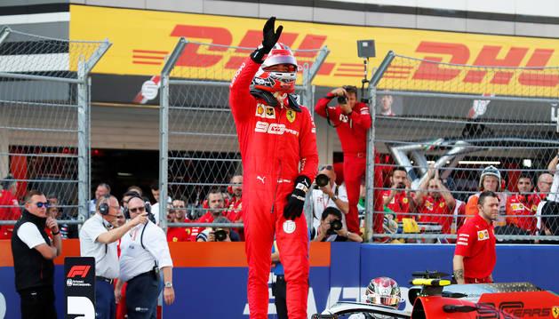 Charles Leclerc celebra la 'pole' en Sochi subido a su monoplaza.