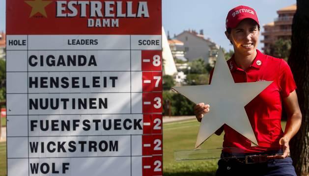 Carlota Ciganda, con el trofeo del Mediterranean Open.