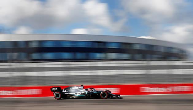 El británico Lewis Hamilton vuela sobre el circuito de Sochi durante el Gran Premio de Rusia.