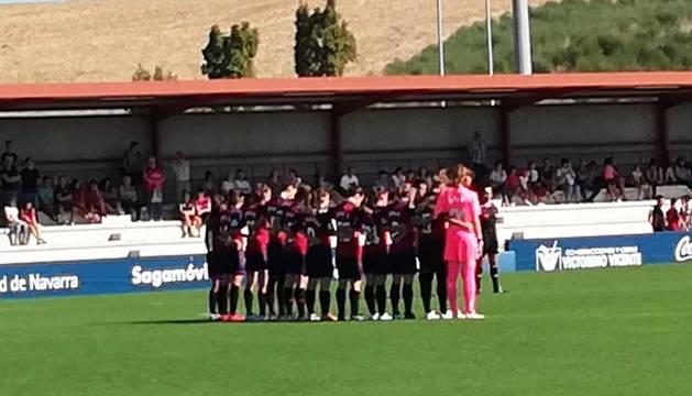 Las jugadoras de Osasuna Femenino durante el minuto de silencio por la muerte de los periodistas Fermín Zariquiegui y Javier Martínez de Zúñiga.