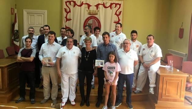 Foto de familia de los homenajeados en el VIII Elogio a la pocha de Sangüesa este domingo.