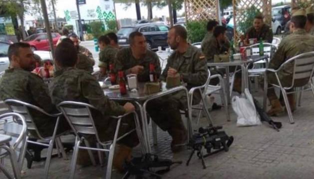 Los militares, en la imagen que ha causado la polémica.