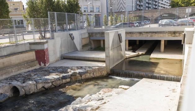 Foto de las compuertas que se han instalado cerca de la desembocadura del Queiles en el Ebro.