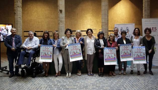 Foto de la consejera Maeztu y la concejala Caballero, con representantes de las entidades agrupadas en Cocemfe Navarra, en Condestable.