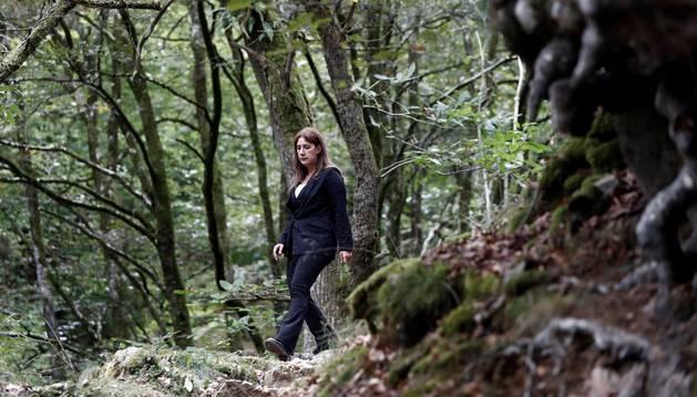 Foto de Dolores Redondo en un bosque cercano a Elizondo, donde ayer presentó su última novela, La cara norte del corazón.