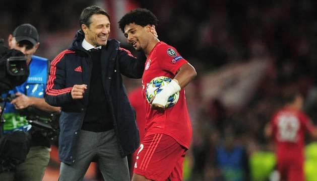 Foto del entrenador del Bayern, Niko Kovac, abraza a Gnabry.