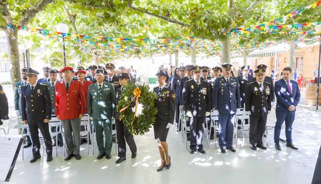 OFRENDA. Dos policías portan una corona en recuerdo de compañeros fallecidos en acto de servicio.