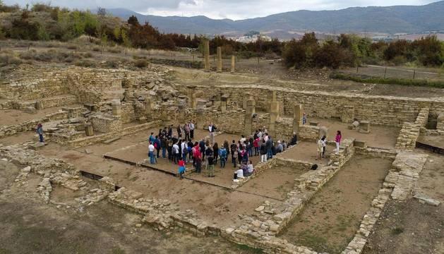 Foto aérea de una visita guiada al yacimiento de la antigua ciudad romana de Santa Criz de Eslava.