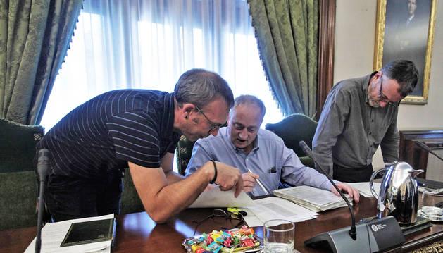 Foto del edil de Bildu Endika Alonso habla con Javier Leoz (Geroa Bai), al lado de Patxi Leuza (Geroa Bai)