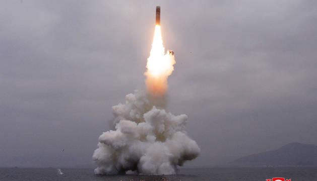 Imagen difundida por la Agencia Central de Noticias de Corea del Norte del momento del lanzamiento del misil.