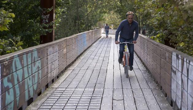 Foto de la Txantrea es uno de los barrios de Pamplona donde los ciclistas aprovechan el camino cercano al río para desplazarse con sus bicicletas.