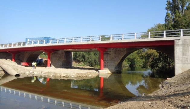 Imagen del nuevo puente construido, adosado al anterior, que permite el paso de vehículos en cada sentido.