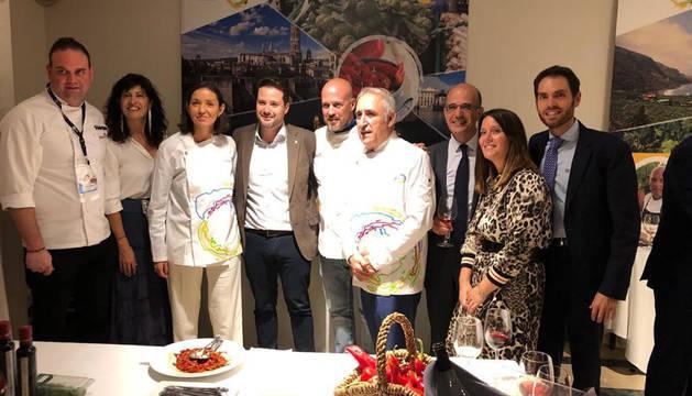 Foto de la ministra María Reyes -3ª por la izda-, junto a Alejandro Toquero y otros asistentes.
