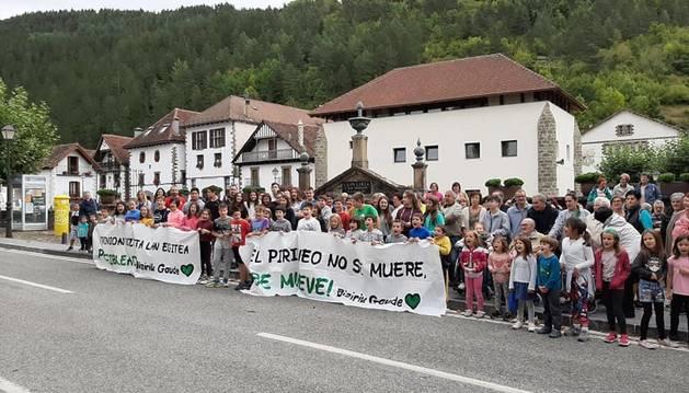 Foto de la nutrida concentración vecinal celebrada ayer a mediodía en Ochagavía.