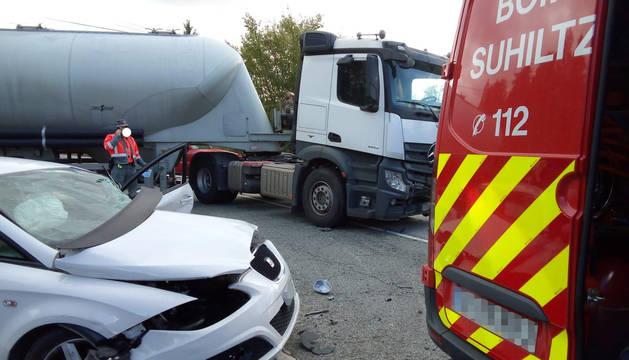 Una persona ha resultado herida este viernes por la mañana al chocar con su turismo contra un camión en la NA-240 A, junto al polígono industrial de Berrioplano.
