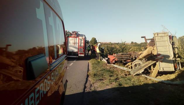 El camión con troncos volcado en la carretera que une Ablitass y Tudela, tras sufrir el accidente..