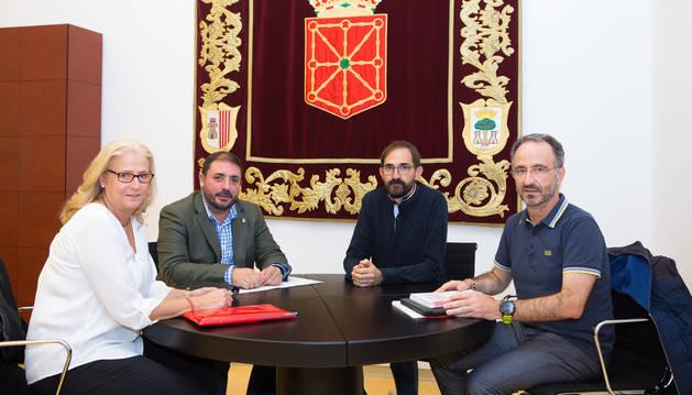 El presidente del Parlamento de Navarra, Unai Hualde, junto a la delegación de Cruz Roja Navarra.
