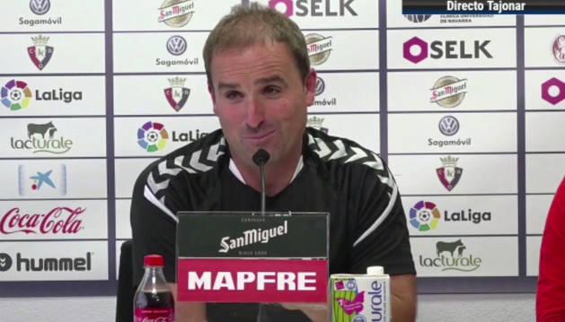 Gesto divertido de Jagoba Arrasate durante la rueda de prensa previa al encuentro contra el Villarreal.