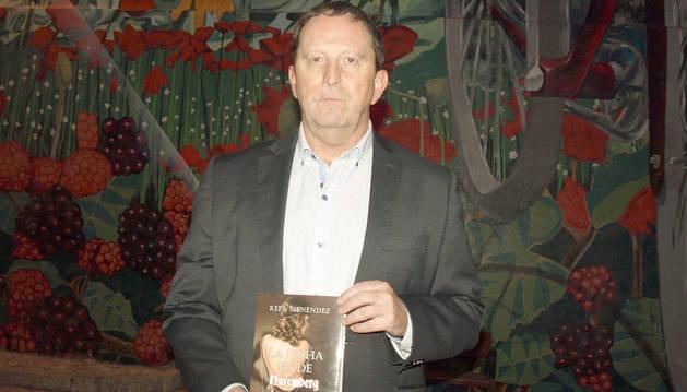 Kepa Menéndez, el sábado en Zúñiga con el libro presentado en la localidad.