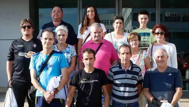 Algunos de los suscriptores ganadores de las equipaciones de ciclismo posaron en la puerta de Diario de Navarra con el ultrafondista navarro, Javier Iriberri.