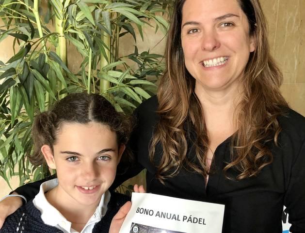 La suscriptora de Diario de Navarra Mercedes Irujo junto a su hija Ana Setuain Irujo, en el momento de recibir el premio en las instalaciones del periódico, en Cordovilla.