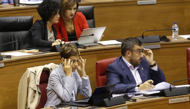 Foto de la presidenta María Chivite, en su escaño en el Parlamento, durante el pleno del pasado jueves.