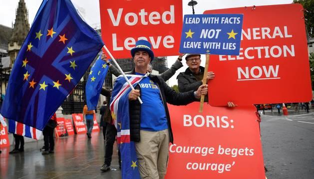 Foto de manifestantes a favor del 'brexit' protestan con pancartas en Londres después de que el Supremo declarara ilegal la suspensión del Parlamento ordenada por Johnson en agosto.