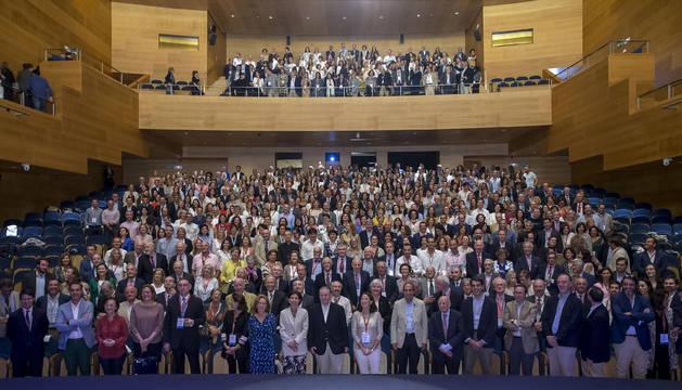 Foto de cerca de mil antiguos alumnos de todas las facultades, ayer al mediodía en el Museo de la Universidad de Navarra, en el 'Alumni Weekend'.