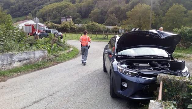 foto de El coche ha impactado frontalmente contra el muro de un puente en Irurita.
