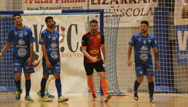 FOTO DE El jugador naranja Javivi celebra el gol que anotó ayer desde el punto de doble penalti.
