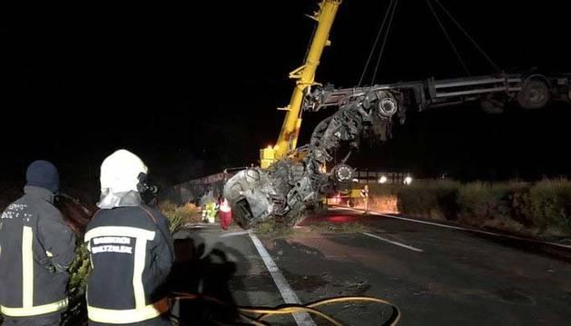 Un fallecido tras arder un 'tren de carretera' en la AP-15