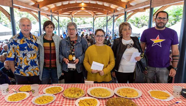 El ganador del mejor queso, Albi Gazta(cuarto por la izquierda) posa con el jurado y los dos finalistas.