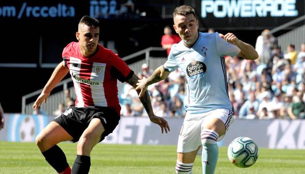 foto de El jugador del Celta de Vigo Iago Aspas disputa el balón con el jugador del Athletic de Bilbao Daniel García