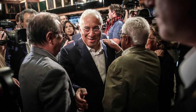 foto de El primer ministro Antonio Costa, a su llegada al hotel donde el partido socialista está siguiendo el resultado electoral