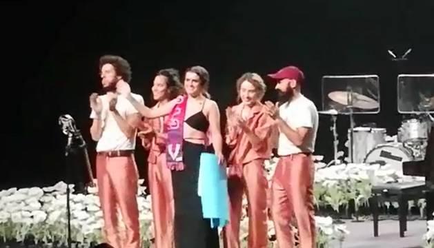 Amaia en el escenario de Baluarte con la bufanda de Osasuna al hombro.