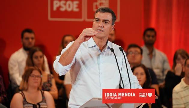 Foto del presidente del Gobierno en funciones, Pedro Sánchez, durante el acto de proclamación de la secretaria general del PSE-EE, Idoia Mendia, como candidata a lehendakari, en Barakaldo