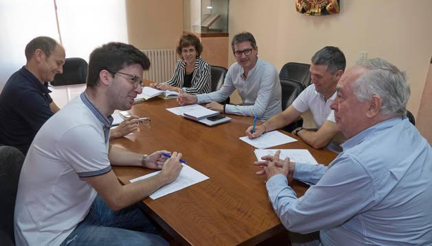 El patronato de la escuela de música Julián Romano, con los representantes políticos, técnicos municipales y el director en funciones, ayer durante la primera convocatoria de la legislatura.