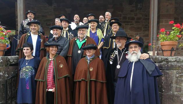 Foto de los nuevo cofrades del Hongo de Elgorriaga, arropados por representantes de las cofradías invitadas.